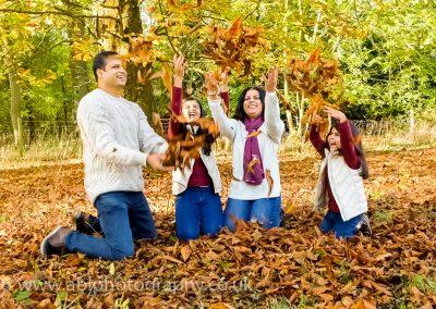 autumn family portraits-leaves